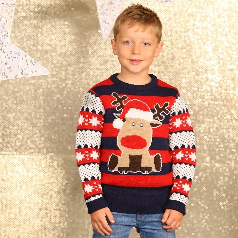 Kersttrui met rendier voor kinderen. gebreide trui met strepen en een afbeelding van een rendier. de ...