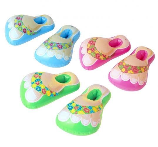 Opblaasbare hawaii sandalen. opblaas schoenen in vrolijke kleuren met de afbeelding van tropische slippers. ...