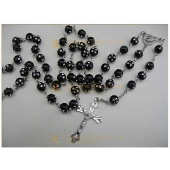 Rozenkrans ketting zwart met kruis. een metalen ketting met 8 mm zwarte kralen en een kruis van ongeveer 4 cm....