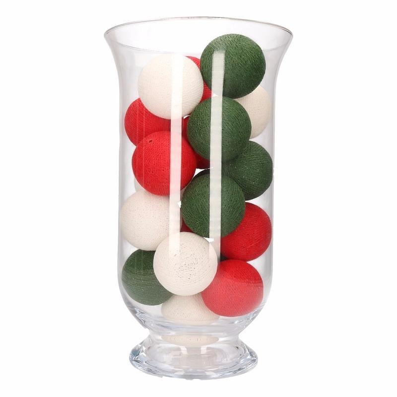 Sfeerverlichting rode, witte en groene balletjes in vaas